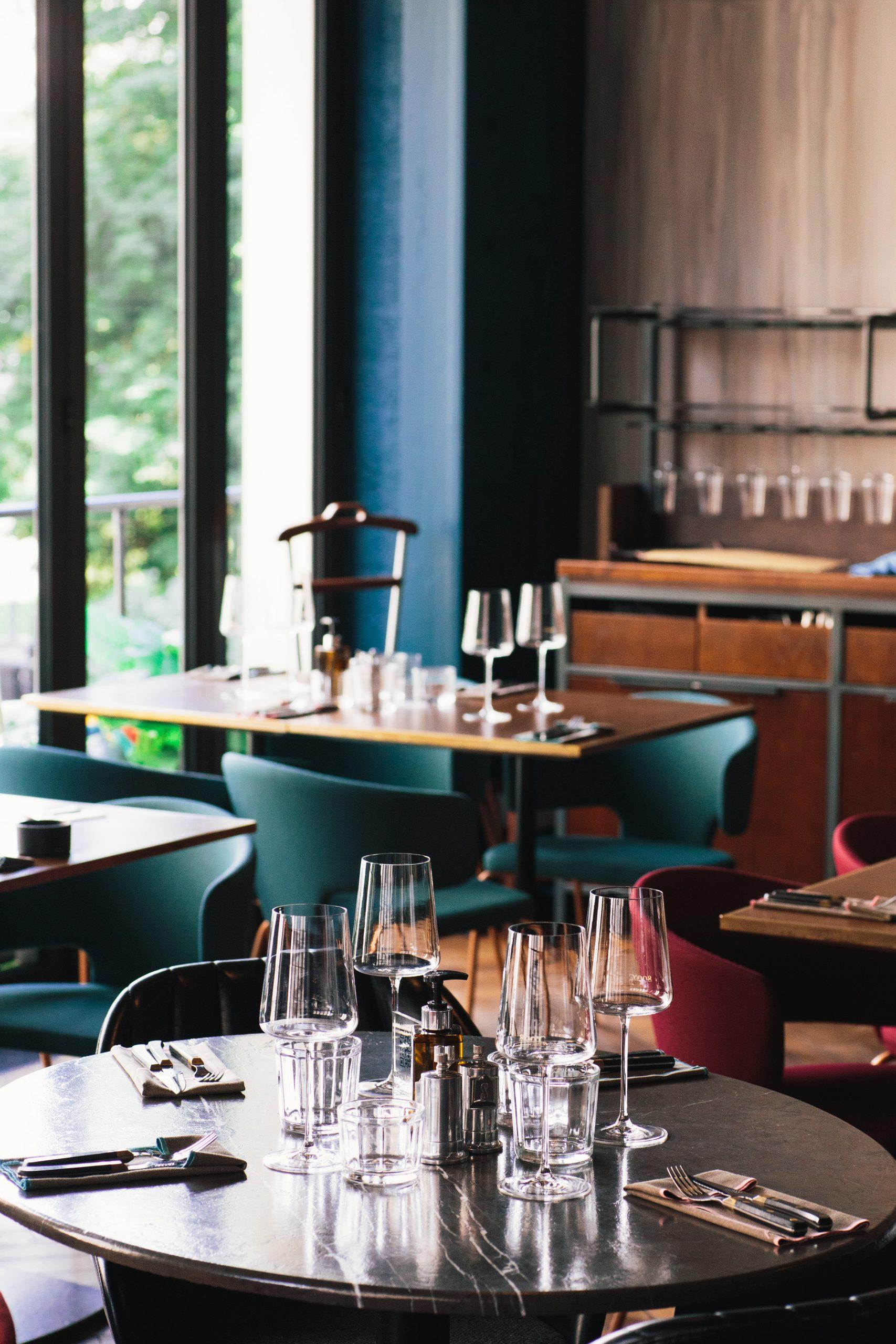 Photo d'un restaurant, verres et tables